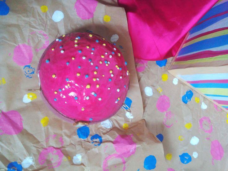 Розовый самый девчачий цвет. И как же его не использовать для женской сумочки. А если это пончик , то ващее бомба)