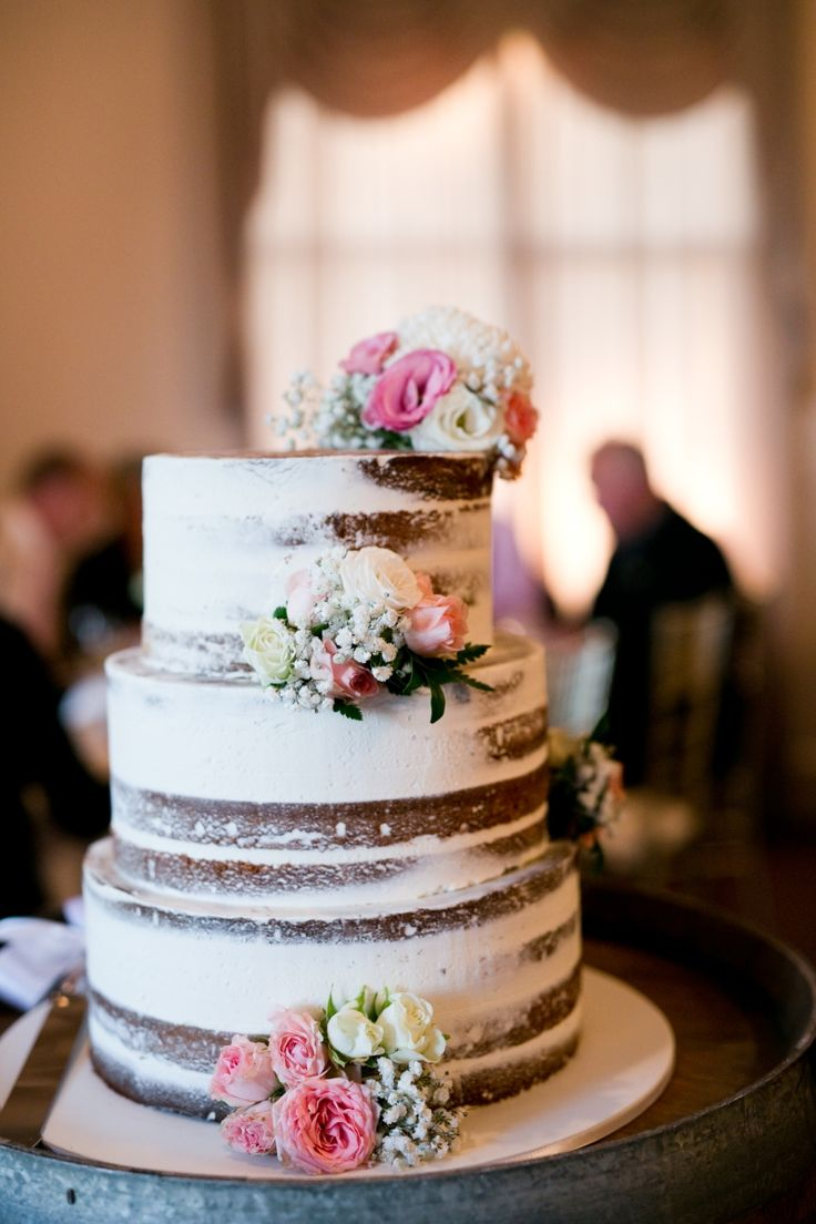 A beautifully styled naked cake | rustic and modern wedding | Eschol Park House | by The Moments Photography