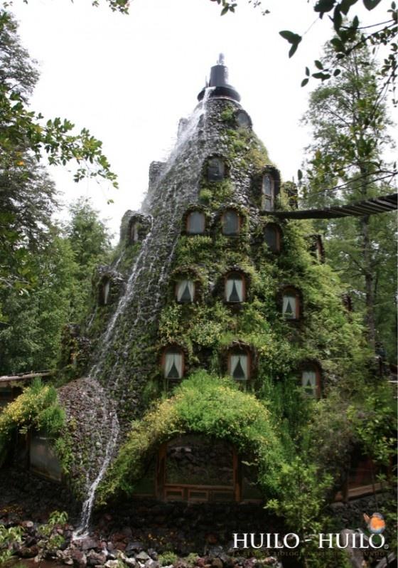 Deze in Chilli gelegen Magic Mountain Lodge is omringd door regenwoud, mos en bomen en is één van de meest bijzondere hotels ter wereld. Dit door de mens gemaakte piramide achtige hotel is enkel bereikbaar via een brug. De kunstmatige waterval die uit het dak van het hotel stroomt geeft het nog nét dat beetje extra. Wij willen hier wel een nachtje (of twee..) vertoeven!