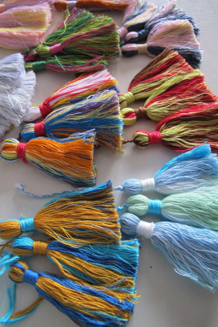 Handcrafted tassels  Handgemaakte kwastjes van gemengd borduurgaren; klaar voor aan een sieraad of een sjaal