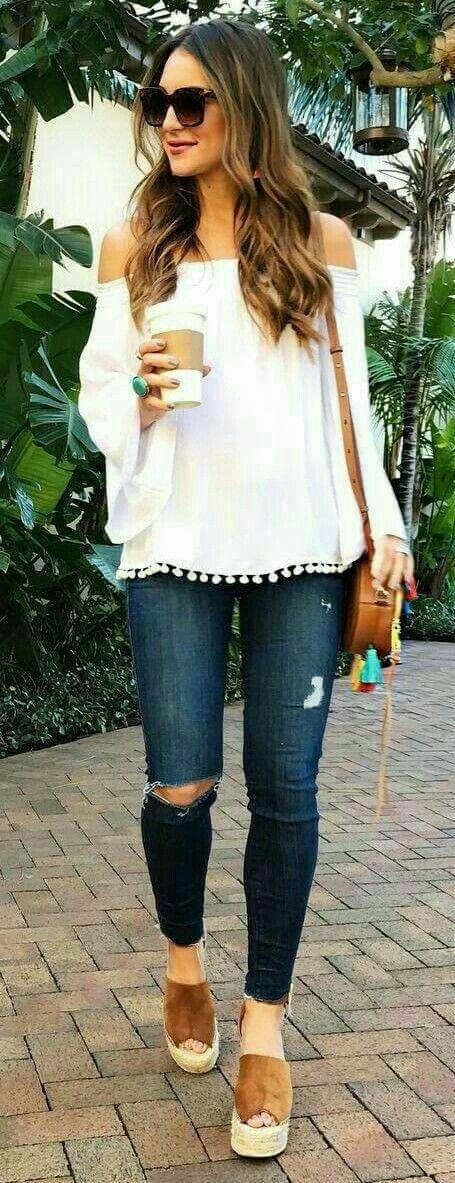 Casual pero arreglada.  Jeans oscuros, blusa shoulder con pompones y zapatos café