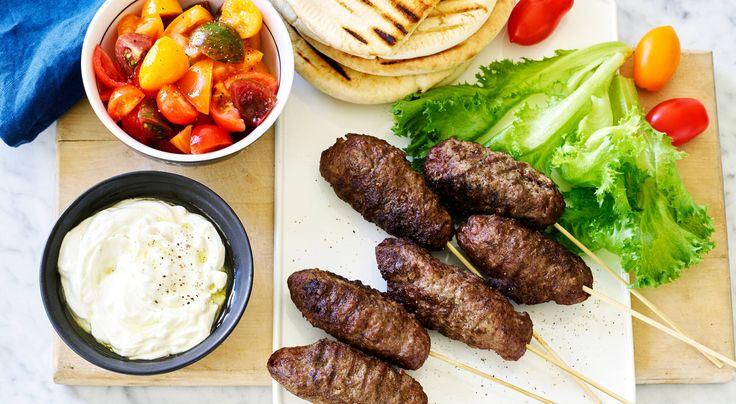 Recept på kebab med tomatsalsa och vitlökssås. Mosa skalad vitlök i salt så blir det enkelt att blanda ner i yoghurten.