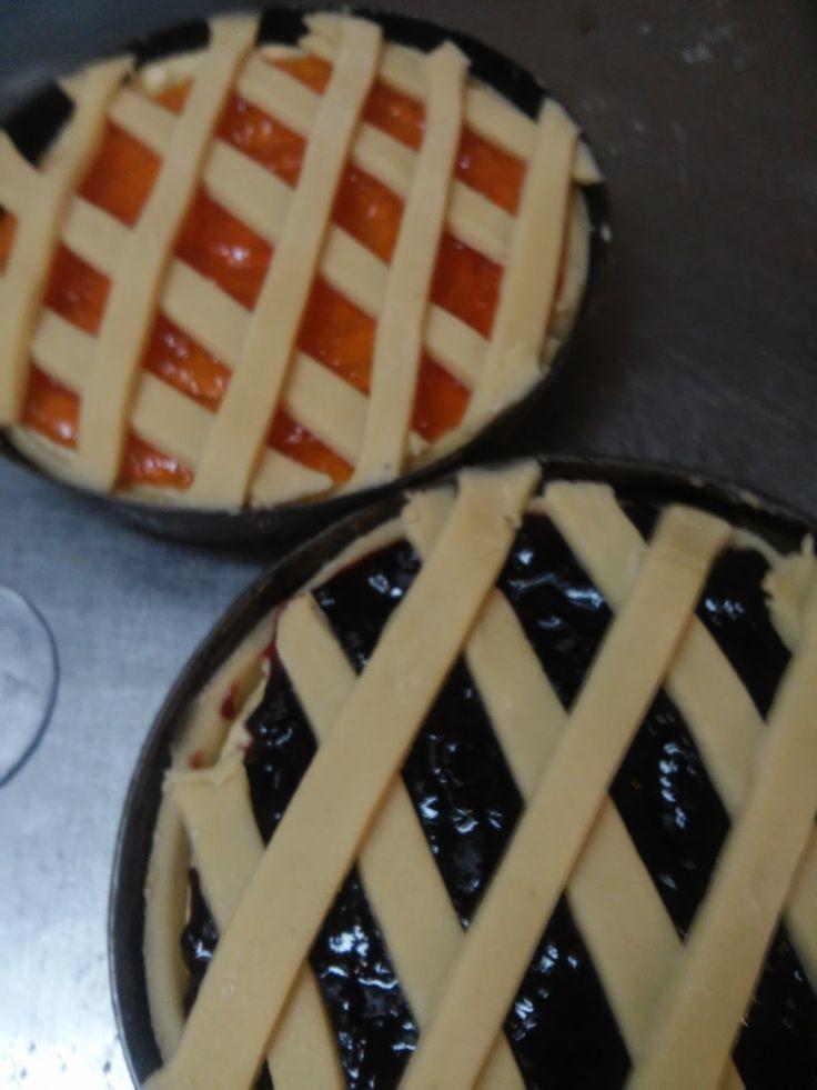 La crema frangipane è un composto di burro zucchero uova e farina di mandorle molto buona che rende il dolce molto soffice, e va' spianata s...