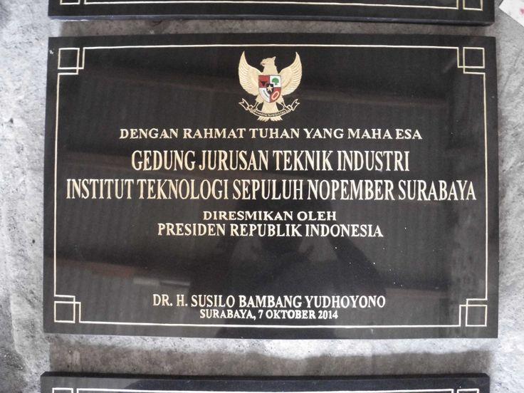 Berikut ini juga prasasti yang akan di tanda tangani Presiden Bambang susilo yudhoyono prasasti ini menggunakan teks dengan cat emas kimpo, Telp 031 83315430 081357603030 BB  2657B7A6