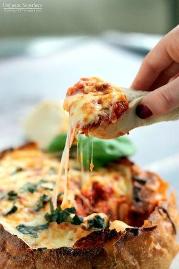 ピザ風のブレッドボウル。チーズたっぷりがおすすめです。ピザのようにベーコンなどの具を追加してもいいですね。  材料:丸いフランスパン1個、トマトソース3カップ、オレガノ大さじ1/2、黒コショウ小さじ1/4、細切りのモッツァレラチーズ3/4カップ、バジルのみじん切り大さじ2、パルメザンチーズ1/4カップ  作り方:①オーブンを180度に温めておきます。②パンの上を切り取り、中身をくり抜きます。トマトソースを入れオレガノ、黒コショウを加え軽く混ぜます。その上にチーズをのせ、バジルも散らします。③アルミホイルでゆるく包み、オーブンで30分焼きます。アルミホイルを取り、さらにオーブンで焦げ目がつくまで5~10分焼きます。④パンのスライス、クラッカー、パンスティックなどをお好みで添えて完成です。