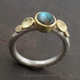ring met labradoriet in zilver en geelgoud www.jeanetkuiper.com