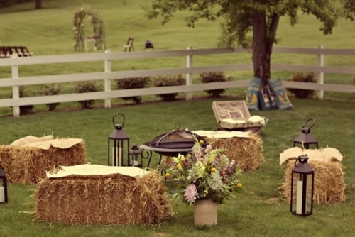 Campfire style wedding?  Yes, please!  Drinks, lawn games and a fire pit= perfect.