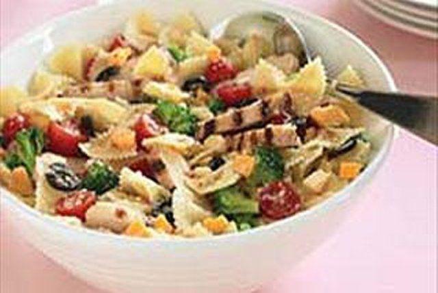 Grâce aux lanières de poulet grillé qu'elle contient, cette salade comblera même les plus gros appétits!
