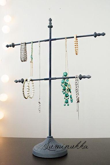 Koruteline, sinkitty, korkeus 510 mm, kannattimien pituudet 400 mm ja 300 mm.  Jewellery rack, height 510 mm, length of the holders are 400 mm and 300 mm. Holds your jewelleries with style!