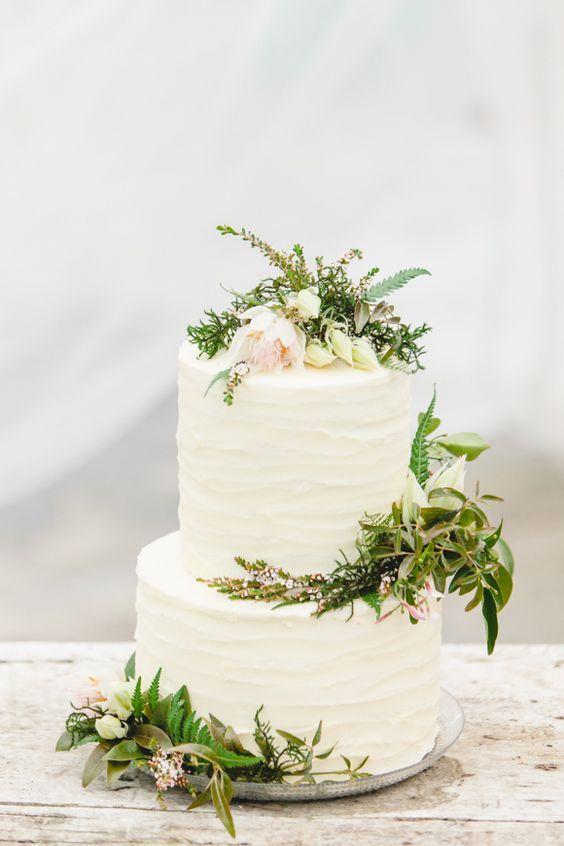 Hochzeitstorte mit echten Blumen, Trend Greenery, zweistöckig