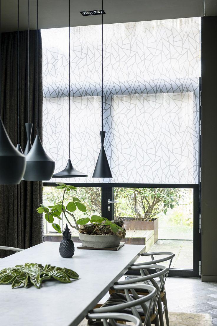 #rolgordijnen #tafel #eetkamer #wonen #zwart #wit #raamdecoratie