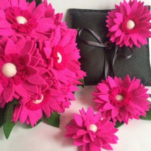 Roze Gerbera's; prachtige set met een bruidsboeket, ringkussen, corsage voor hem en haarbloem. | www.be-flowerd.nl |