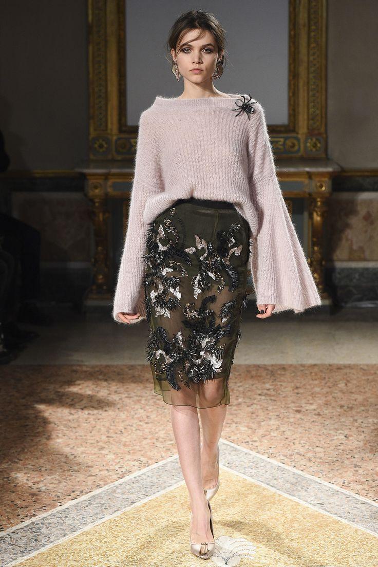 На фото: женственная юбка с кружевом в сезоне осень-зима 2016-2017из коллекции Les Copains.