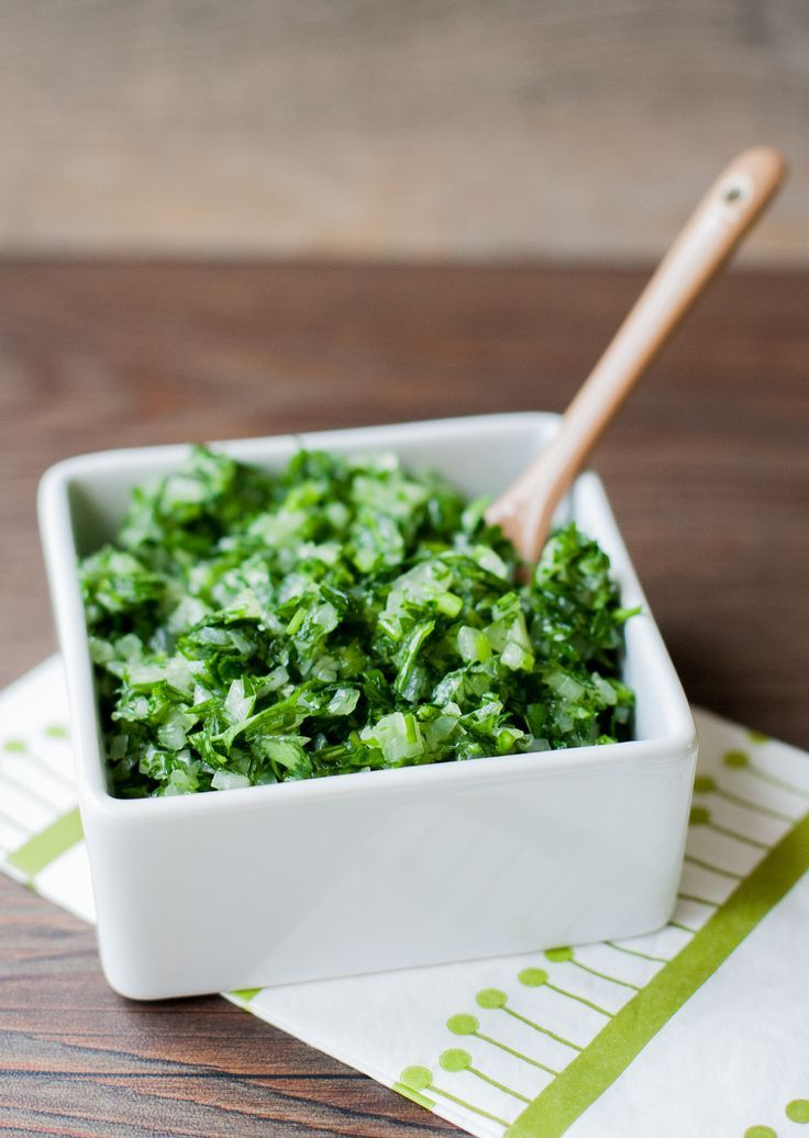La salsa verde, receta chilena es otro de los acompañamientos clásico en nuestros completos. Solo perejil y cebolla la componen. Refrescante. #SalsaVerdeChilena #recetachilena
