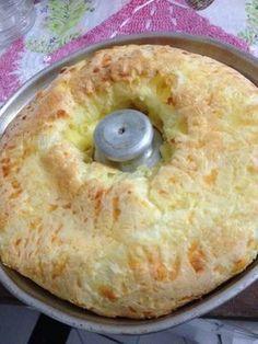 Bolo de pão de queijo >>> 3 ovos 1 xícara de chá de leite 1 xícara de chá de óleo 3 xícaras de chá polvilho doce Sal a gosto 200g de muçarela picada