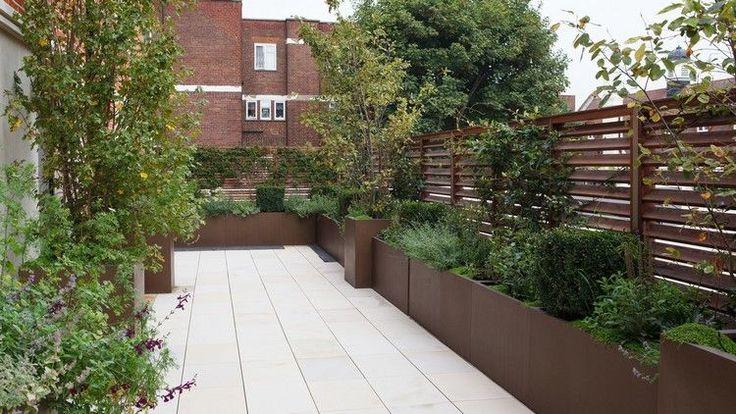 brise vent pour terrasse en bois et une végétation luxuriante en bacs rectangulaires