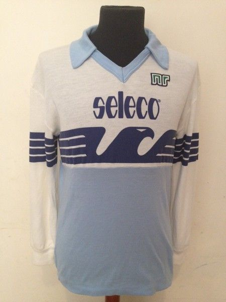 What a beautiful kit, early 80s, of SS Lazio. Today, Macron, the current Manufacturer and Sponsor of SS Lazio, is relaunching this kit for the 115th anniversary of this historic Italian football club. Che bella Maglia
