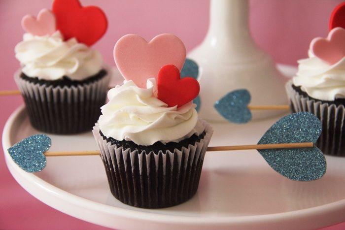 cupcakes con corazones y flechas de cupido ideales para san valentin