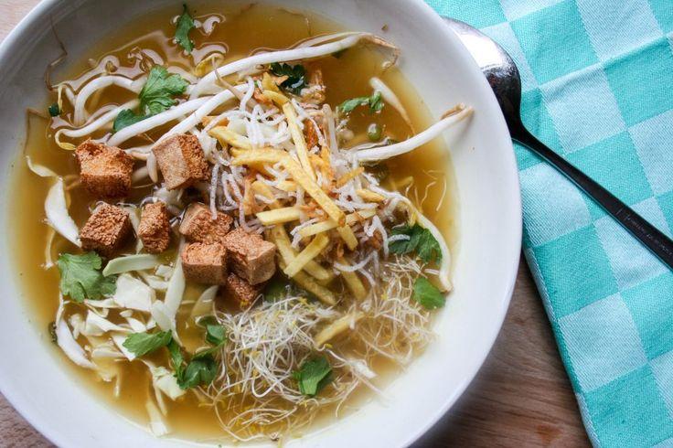 De bekende Surinaamse soep, maar dan anders; vegan saoto soep. Heerlijk kruidig met krokante tofu en verse groenten. Klik voor het recept!
