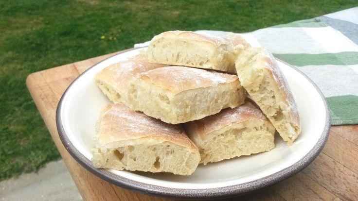Le pain ciabatta est un pain blanc à l'huile d'olive originaire de l'Italie du Nord et plus précisément de l'Émilie-Romagne. C'est un pain à la fois léger et moelleux qui se conserve assez bien dan…