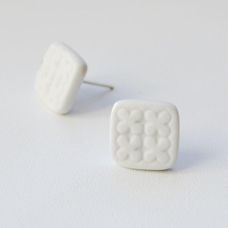 Pecky Pecka, co máš ve svém uchu, říká světu o tvém duchu.  Náušnice pecky z porcelánu. Rozměry 1,5 x 1,5 cm.  Vhodné pro alergiky.