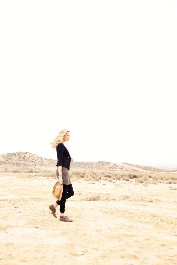 Robe GIVRE. La complexité des associations : maille technique, effets de découpes, jeu du mat et du brillant. Veste GRAVURE. Les découpes savantes et les transparences sexy d'une petite veste noire indispensable.Pantalon GALBE. La maille seconde peau ultra extensible pour un confort et un galbe absolus. Chapeau GAJAN. Chaussures KARSTON. Bijoux Franck HERVAL.#mode#robe#kaki#veste#noir#pantalon#stretch#chapeau#karston#elora#
