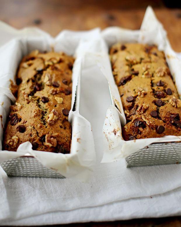 Essayez notre pain aux zucchinis facile, avec dattes, brisures de chocolats et noix.