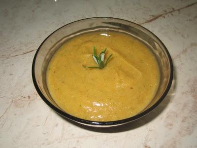 Supa crema de linte rosie (vegan)       1 pastarnac     2 morcovi mai mici     1 ceapa rosie     10 linguri de linte rosie decorticata     cateva frunze de telina     1 crenguta de rozmarin proaspat     vegeta, sare (dupa gust)     apa (cat e necesar)