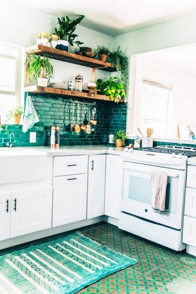壁に深いエメラルドグリーンのタイルの貼られたキッチン2