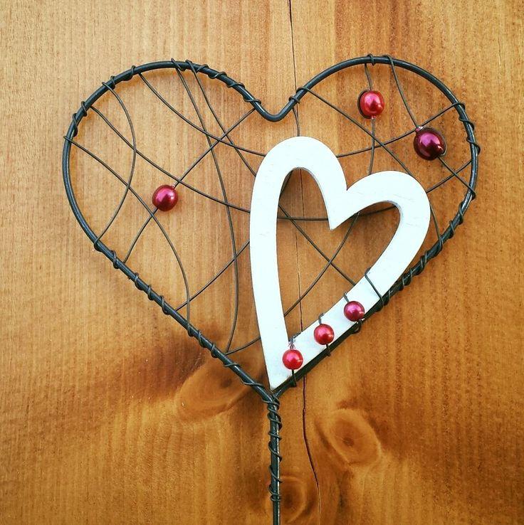 Zápich srdce Zápich je vyrobený z černého žíhaného drátu a ozdoben bílým dřevěným srdcem a červenými perličkami. Šířka srdce 8cm, výška 7cm, výška celého zápichu 30cm. Barvu perliček lze upravit dle přání zákazníka.
