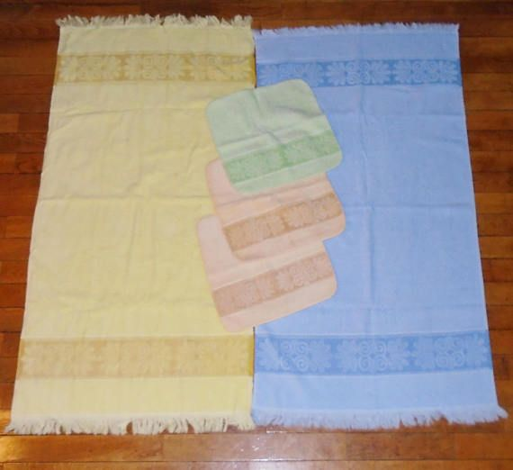 This listing is for a 5 piece set of Cannon Vintage Groovy 1970s Monticello Blue Yellow Green Bath Towels & Washcloths. There are 2 Bath Towels that each measure 42x21.5 inch and 3 Wash Cloths that each measure 11 1/2 inches square. These have been used, show light ware, fading and use but have been laundered pre-sale. See pics.