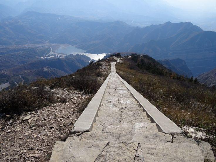 """""""Contributor Chris neemt je mee naar 6 unieke heilige bergen in China. Een trapwandeling van 6 uur was nodig om 1 van de toppen, dat UNESCO Wereld Erfgoed is, te bezoeken. Geniet je mee? """""""