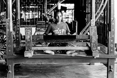 Muchlis Wahab: Desa Sasak adalah desa wisata tradisional di Pulau Lombok Tengah, Nusa Tenggara Barat. Konon, wanita suku sasak tidak boleh menikah sebelum bisa membuat sendiri kain tenun. Kain tenun warna biru hijau merah mendominasi kain tenun wanita sasak ini.
