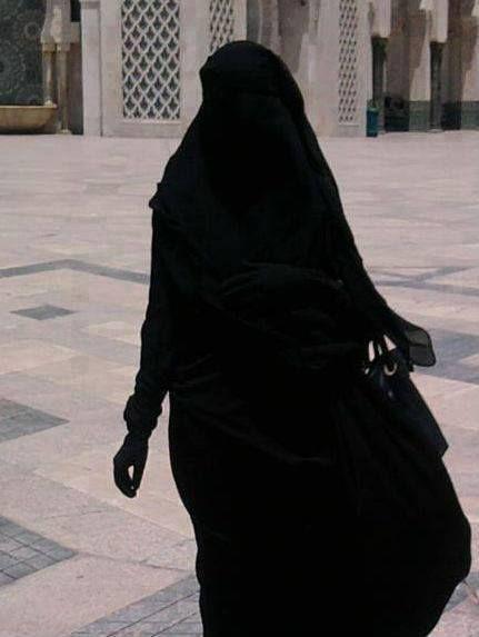 """huzurugetirenim: """"Siyah giyen kadınLa evLenin , Çünkü O , Bütün renkLerini 'Eş'ine sakLamıştır … """""""