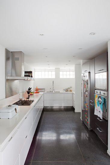 En la cocina, de La Petitte, la remodelación buscó reordenar los espacios para ampliarla y quitar los gabinetes superiores porque los dueños no los querían.