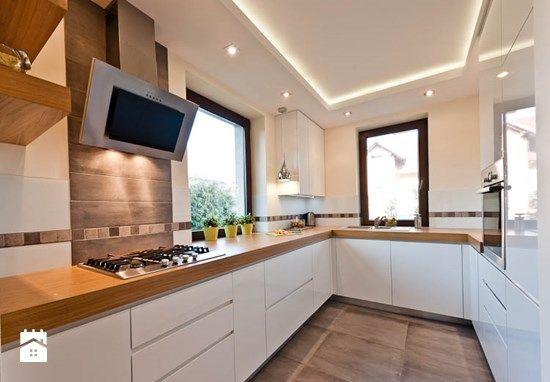 Fajna biała zabudowa + drewniany blat + drewniana podłoga   -> Kuchnia Dąb Ecru