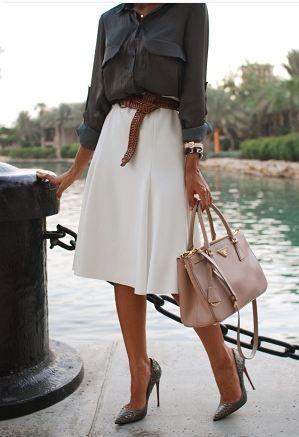 白スカートとシャツの着こなしコーデ