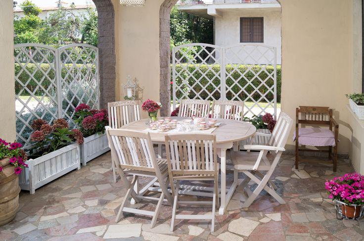 https://flic.kr/s/aHskCGQ3Mq | Portico Shabby chic | Set di tavolo, sedie e grigliato da giardino Shabby chic decorato a mano