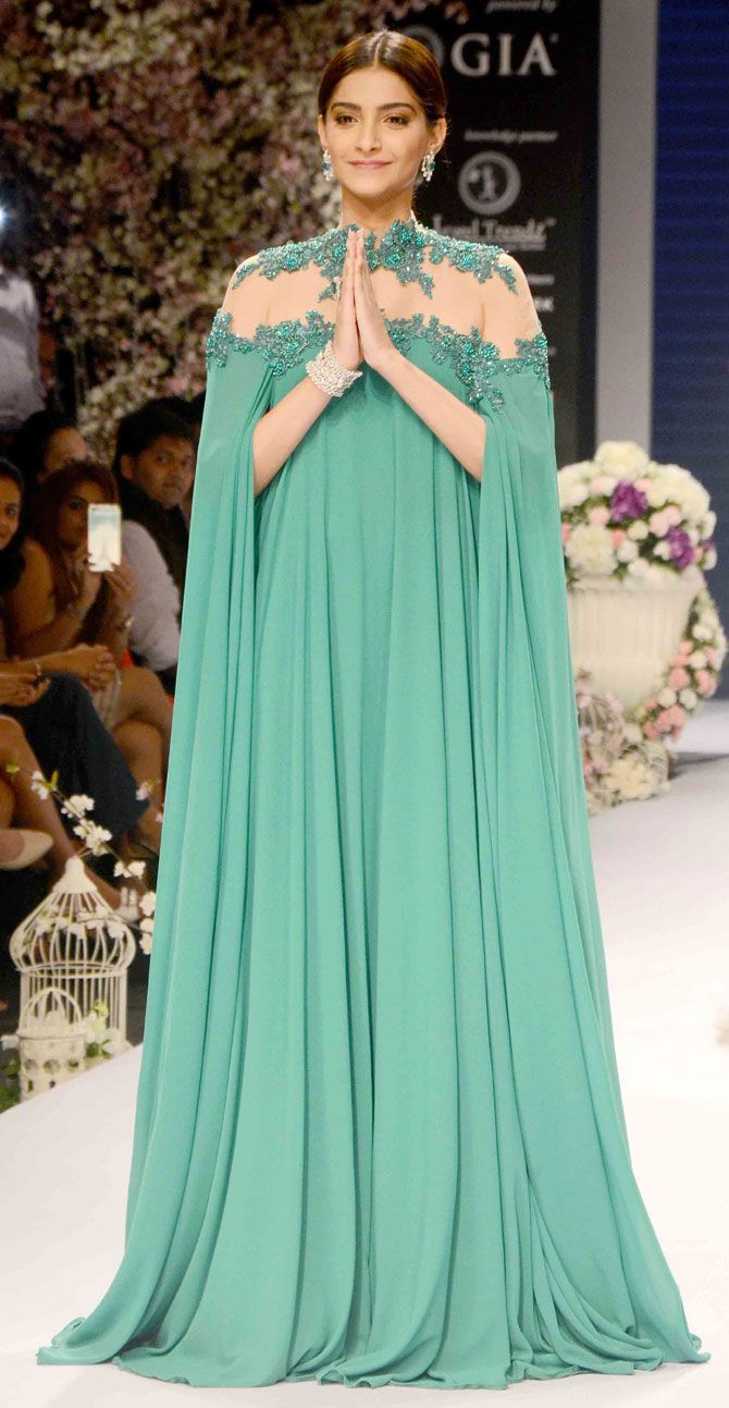 Bollywood celebs walk the ramp at IIJW 2015 Day 1 - http://hotrose.net/2015/09/bollywood-celebs-walk-ramp-iijw-2015-day-1/