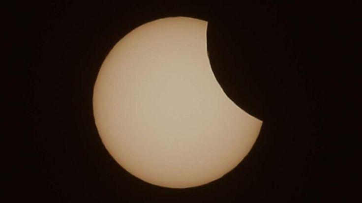 Sonnenfinsternis 2015 im Livestream: So erlebte Deutschland die SoFi - NASA-Foto: So sieht der Schatten einer SoFi aus dem All aus http://www.bild.de/news/inland/sonnenfinsternis/live-stream-die-besten-fotos-lustigsten-tweets-40227198.bild.html