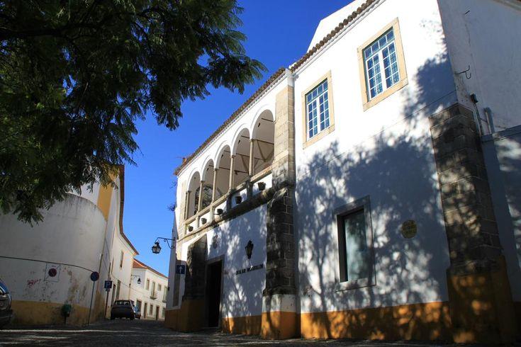Albergaria Solar de Monfalim ligger i et renæssanceslot fra det 16. århundrede, i hjertet af den historiske by Évora.