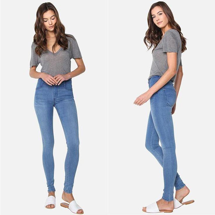 Это не просто скинни. Они сделаны из тонкого шелковистого денима и без бокового шва. Поэтому они практически такие же удобные как леггинсы, но со всеми преимуществами стильных джинсов известной американской марки James Jeans. Да, и made in the USA. Такие скинни будут идеальны как для трендовых удлиненных рубашек и кофт, так и для ультрамодных укороченных топов.  #spring #fashion #outfitidea: #stylish & #trendy #James #jeans helps to create #chic #outfit #мода #стиль #тренды #джинсы #модно…