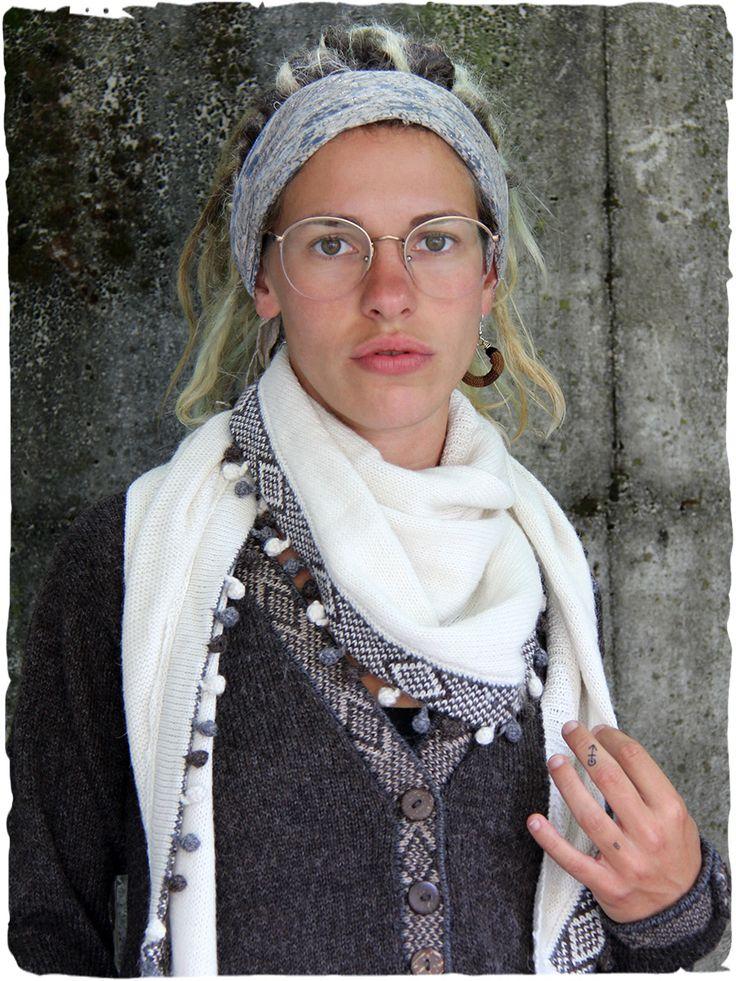 sciarpa in alpaca Keffia #sciarpatriangolare con #frange a pallina in tonalità di #colore #sciarpalana #sciarpa #lamamitafashion