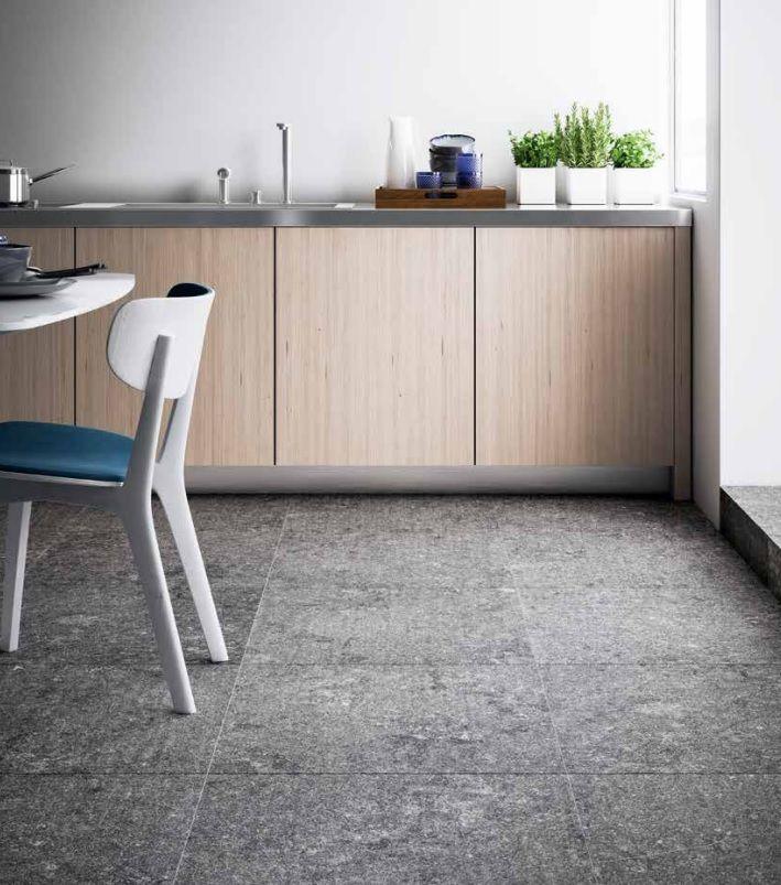 Hardsteen look à like keramische tegel met gezaagde randen. (37-EM) In de volgende maten verkrijgbaar: 45x90, 60x60 (tegelvloer, vloertegel, hal, woonkamer, plavuizen, keramisch, tegels)