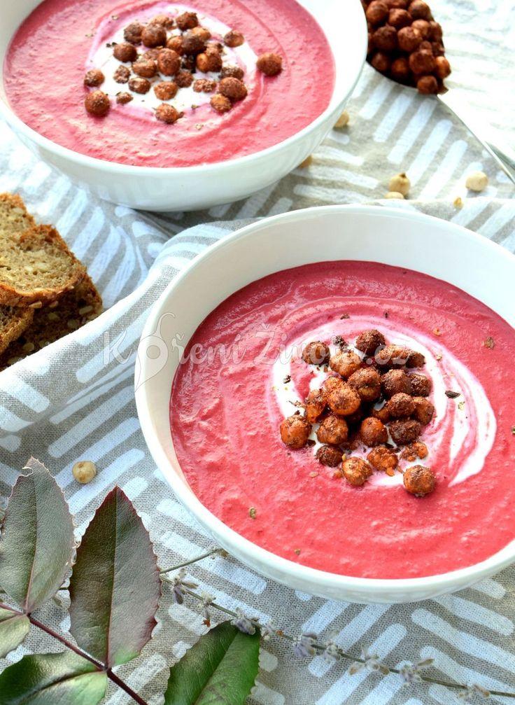 Vyzkoušejte barevnou vegnskou polévku z červené řepy s pečenou cizrnou a pomerančovou kůrou. Recept najdete na www.korenizivota.cz #cervenarepa #vegan #polevka #recept #korenizivota