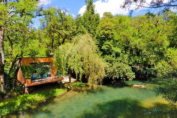 Cabanes avec Spa au bord de l'eau pour un séjour détente et nature au coeur de la Bourgogne.  Situé au bord d'une authentique petite rivière de première catégorie, à 35 minutes de Dijon, le Domaine Pont-Roche & Spa est l'endroit idéal pour un réel retour aux sources dans un cadre naturel, design & raffiné.
