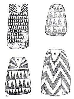 ídolos-placa alentejanos. Neolítico y la Edad del Cobre. Hallados en cuevas, abrigos rocosos y megalitos. Están realizadas principalmente en pizarra,  y se han interpretado principalmente como insignias, amuletos o ídolos, acompañando a los esqueletos en las tumbas, principalmente dolménicas, a modo de colgantes. También se ha dicho que pudieran ser representaciones de la Diosa Madre, aunque muchas de ellas no son antropomorfas y otras son representaciones masculinas