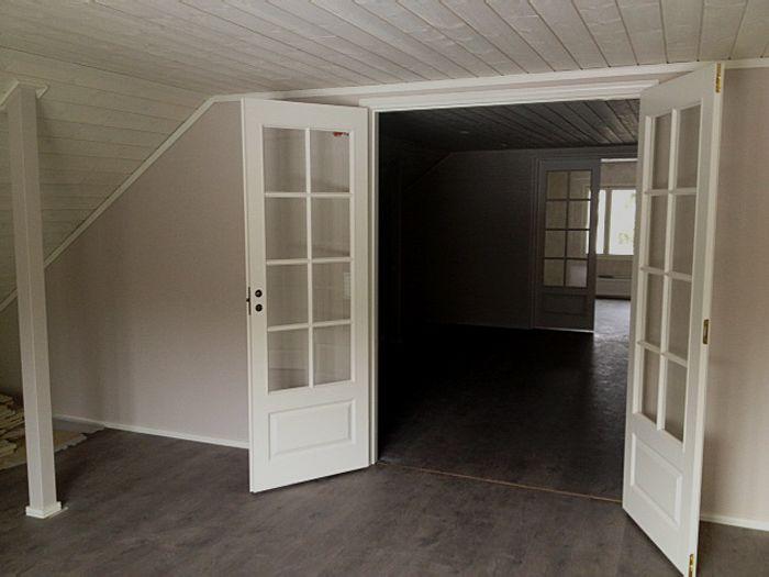 Valkoisilla pariovilla romanttista tunnelmaa vanhan #rintamamiestalon yläkerran remontissa. Aalman Oy - rakennuspalvelut,p. 040 705 7630 www.aalman.fi