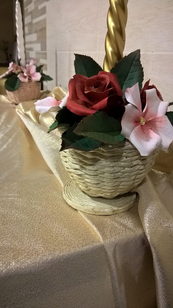 sfera intrecciata con carta di giornale e fiori in porcellana fredda di Cristina R.