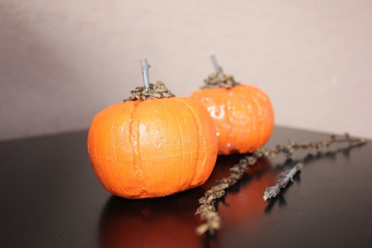 How to create pumpkins from plastic (polystyrene) balls.